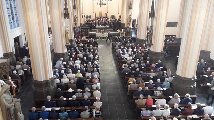 Er waren ongeveer 750 mensen bij de viering voor pastoor Kloeg