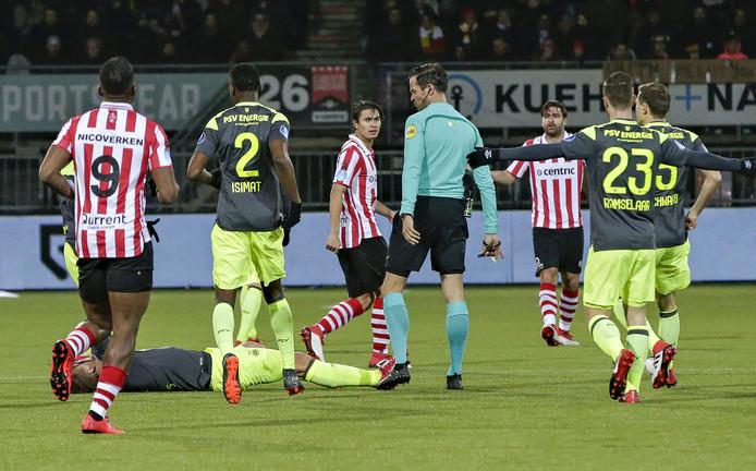 Scheidsrechter Nijhuis tussen de spelers van Sparta en PSV