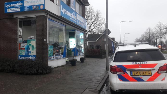 Een telefoonwinkel in Nieuwleusen werd vanmiddag overvallen.