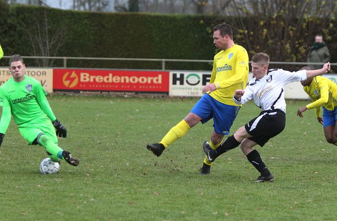 Wijnand van Beek van Voorst schiet de 1-1 onder Velwezoom-doelman Jaimy van Staveren door.