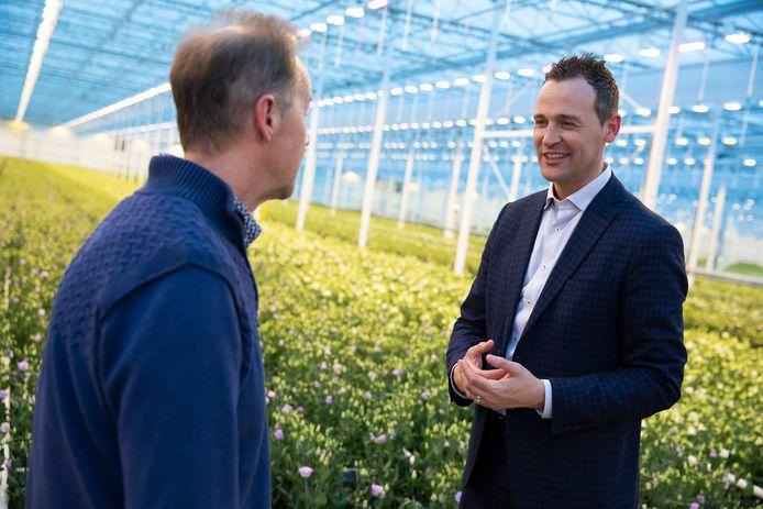 Hoogheemraad Marcel Belt van Delfland in gesprek met een tuinder.