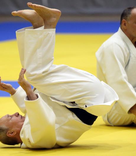 Poetin traint met topjudoka's en blesseert zijn vinger