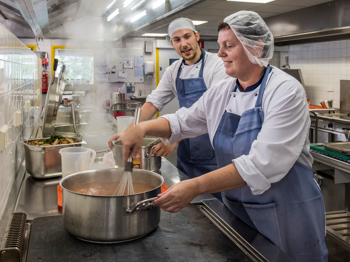De koks in de grote keuken.