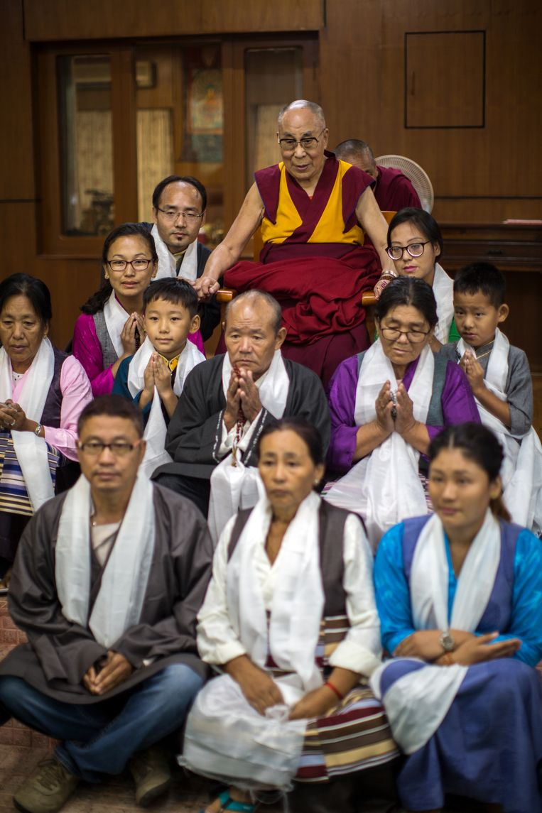 De 14de Dalai Lama, Tenzin Gyatso, tezamen met een groep boeddhisten in het klooster waar de Dalai Lama al bijna 60 jaar  in ballingschap leeft. Beeld null