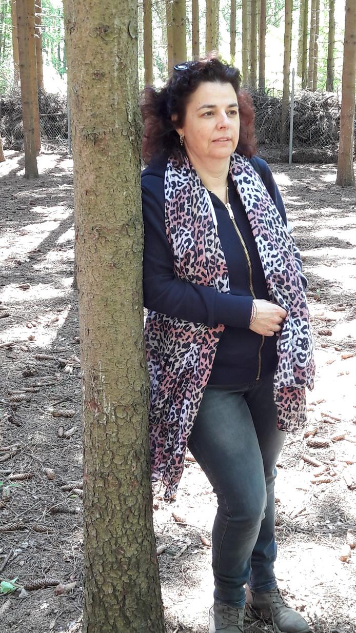 Lian van de Korput, voorzitter Scouting St. Jan in een stuk bos bij het scoutinggebouw. Het terrein is openbaar toegankelijk en wordt door scouting gebruikt voor bijvoorbeeld spooktochten of andere activiteiten. Het grenst aan de tuin van  de familie Van de Ven die klaagt over overlast.