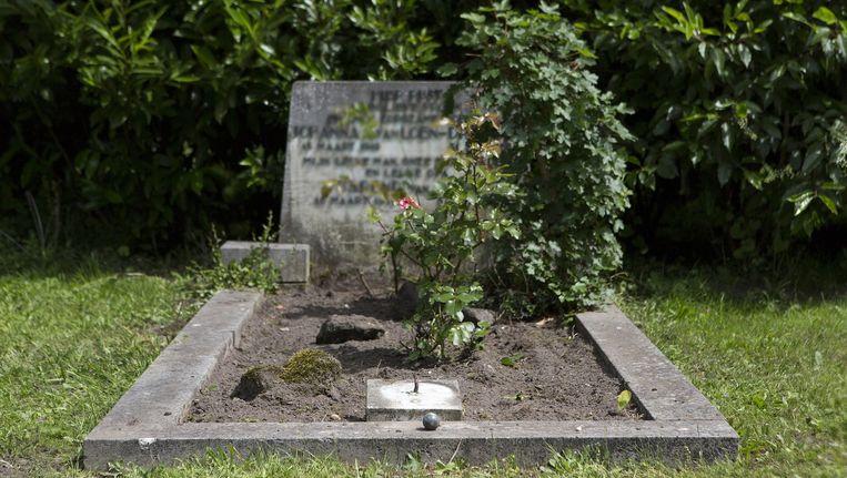 Eén van de gehavende graven op De Nieuwe Ooster. 'Stel je voor dat dit het graf is van je vader of je moeder.' Beeld Elmer van der Marel