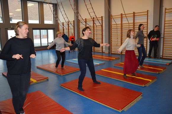 Leerkrachten van het Sint-Aloysiuscollege namen vorig jaar deel aan een sessie yoga door de leerlingen voor Rode Neuzen Dag.