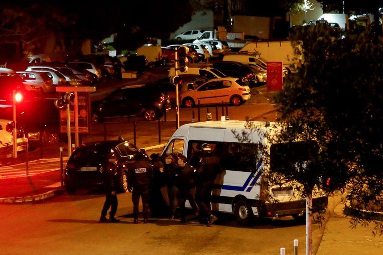 De Franse politie heeft zich bij het gebouw verzameld waar de man zich schuilhoudt.