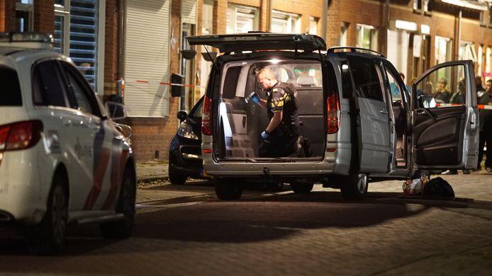 De grijze bus die betrokken was bij een ruzie op de Tabakswal in Deventer wordt doorzocht.
