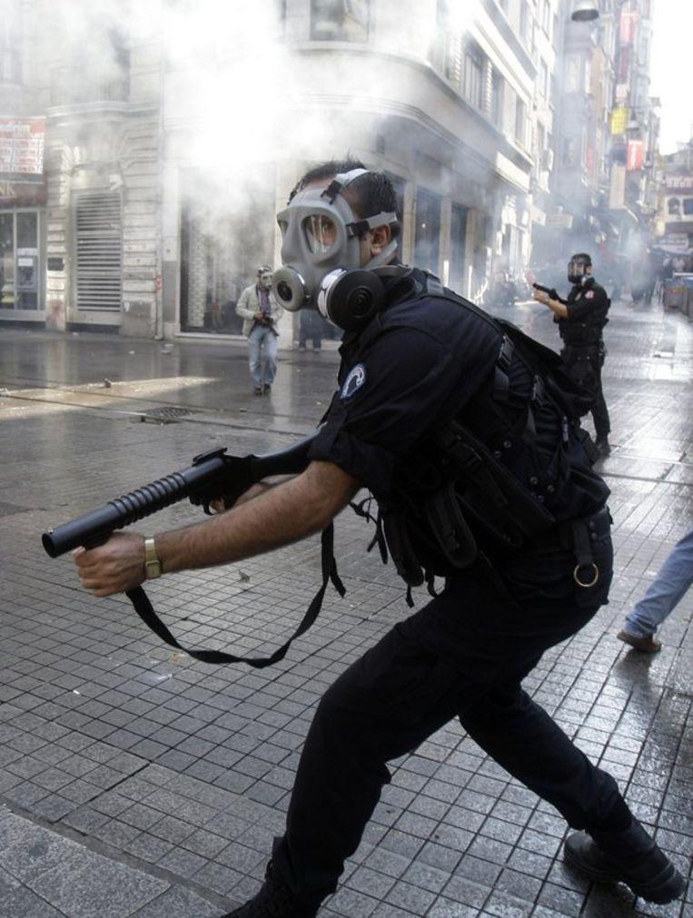 De politie zette traangas, waterkanonnen en pepperspray in om honderden actievoerders te verdrijven die zich schuldig maakten aan vandalisme. Foto AP Beeld