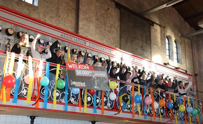 Leerlingen van de Antoniusschool uit Axel vieren mijlpaal voor Industrieel Museum in Sas van Gent, één van hen is de 50.000ste bezoeker.