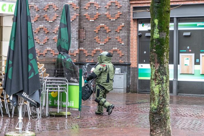 De EOD werd ingeschakeld om de granaat bij Bar Bruut weg te halen.