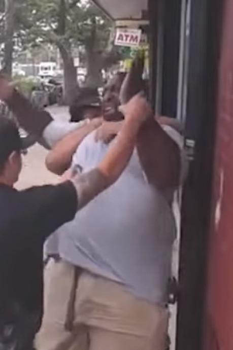 Cinq ans après son intervention fatale, le policier responsable du décès d'Eric Garner a été licencié