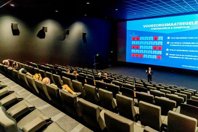 Breda - Pix4Profs - Joris Buijs De Bioscopen zijn weer open, Corné de Ridder vertelt de gasten waar ze moeten gaan zitten en wat de regels zijn voor een bioscoop bezoek