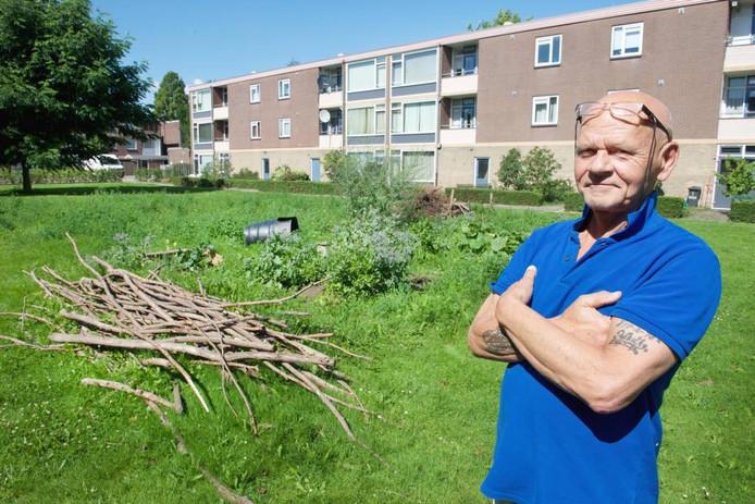 Omwonende Jos Aalders bij de inmiddels afgebroken moestuin.