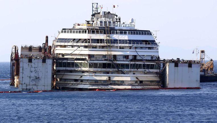 De Costa Concordia in de haven van Isola del Giglio. Beeld reuters