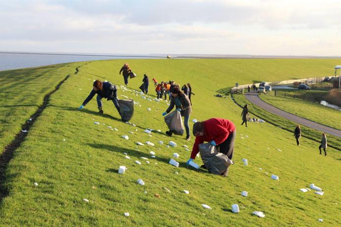 Bij de zeedijk in Moddergat zijn ze donderdagmorgen begonnen met het schoonmaken van de dijk. De dijk ligt bezaaid met piepschuim.