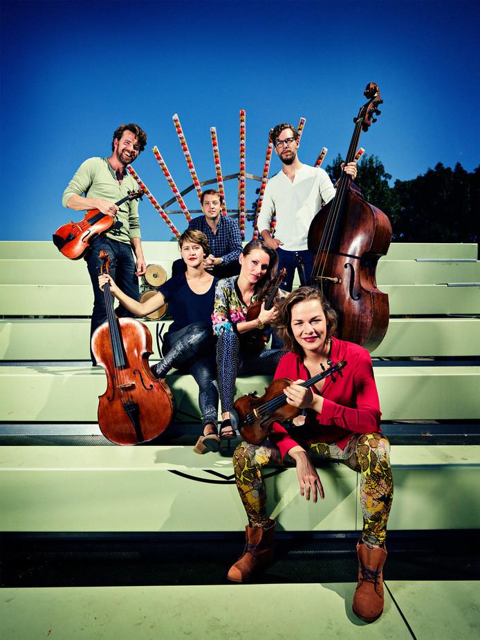 Strijkersformatie Fuse opent het muziekprogramma in het festivalhart in Middelburg.