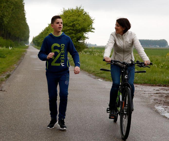 Senna Catseman wordt bij het hardlopen voor Roparun begeleid door zijn moeder Danny.