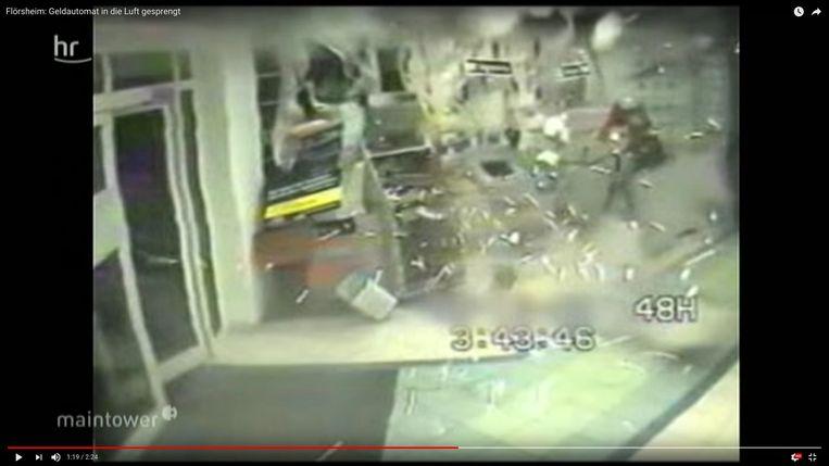 4. Door de gasophoping in de automaat worden het ontwaar-dingssysteem en de biljetten meteen naar buiten geblazen.