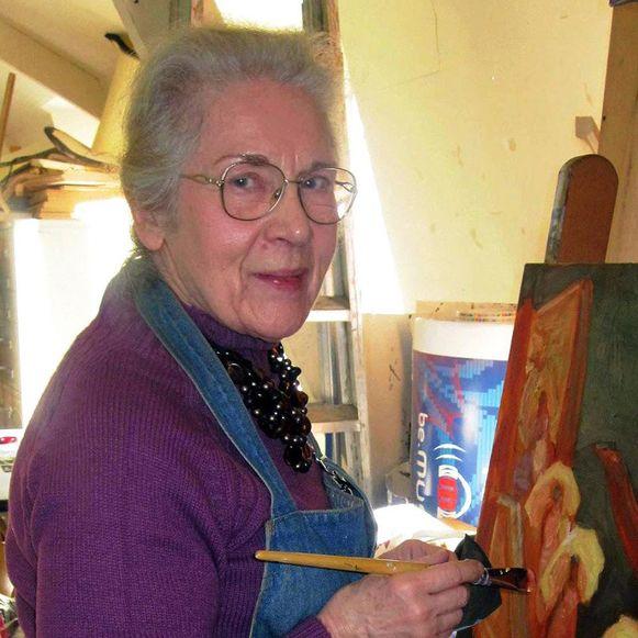 Nicole (84) aan het werk in haar schildersatelier.
