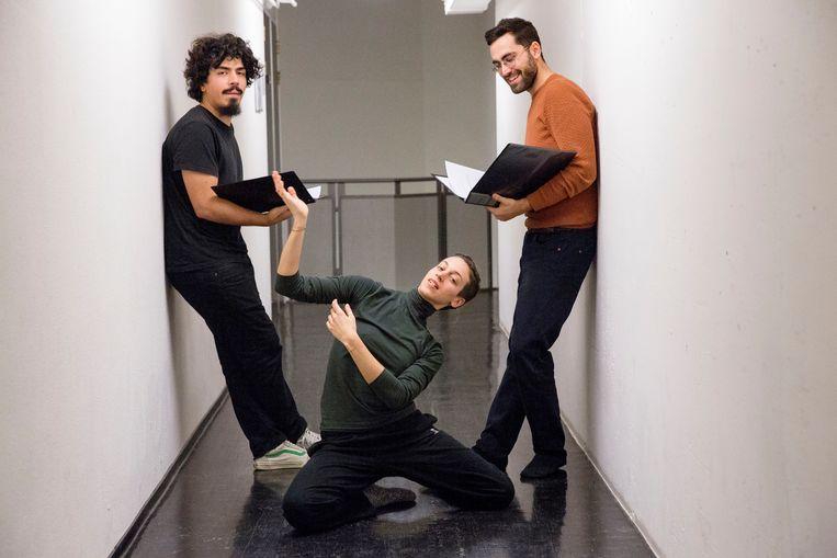 Vlnr Caglar Köseoglu, Irinia Baldini en Efe Murad. Zij maakten de voorstelling 'De Straten van Istanbul: Verzet en Poëzie'. Beeld arie kievit