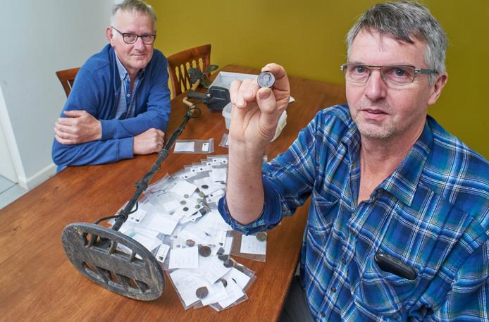 Wim- (links) en Nico van Schaijk hebben 100 Romeinse munten gevonden in het Aa-dal bij Berlicum.