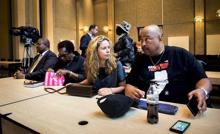 Tegenstanders van Zwarte Piet: advocaat Frank King, Barryl Biekman, Sunny Bergman en Perez Jong Loy in de Amsterdamse rechtbank Beeld anp