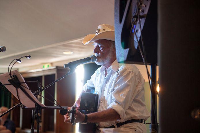 Countryzanger Ben Steneker recent bij een optreden in De Olde Mölle in Neede.