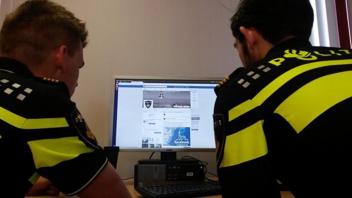Een 18-jarige jongeman is aangehouden na het beledigen van de politie in Doetinchem op Facebook. Foto ter illustratie.