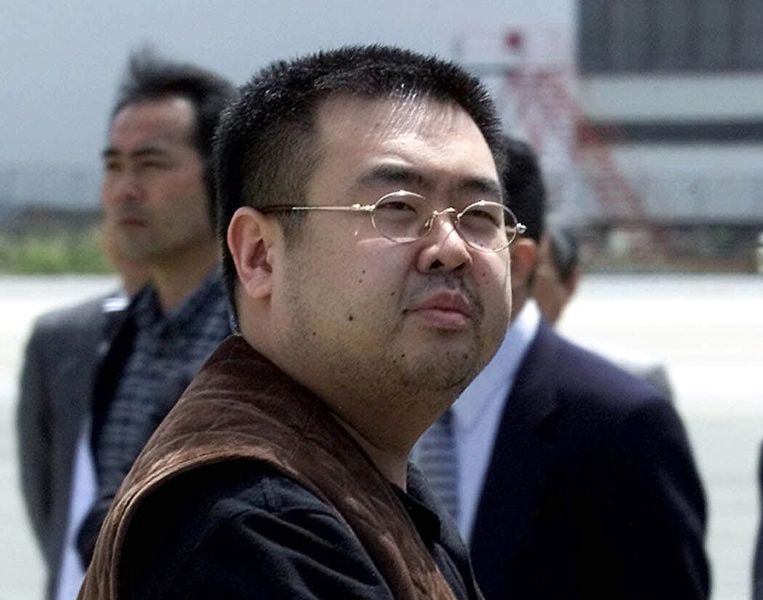 Kim Jong-nam op het vliegveld van Japan, waar hij in 2001 werd aangehouden wegens het reizen op een vals paspoort. Beeld AP