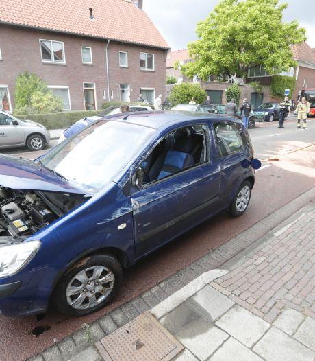 Auto belandt op zijkant na botsing