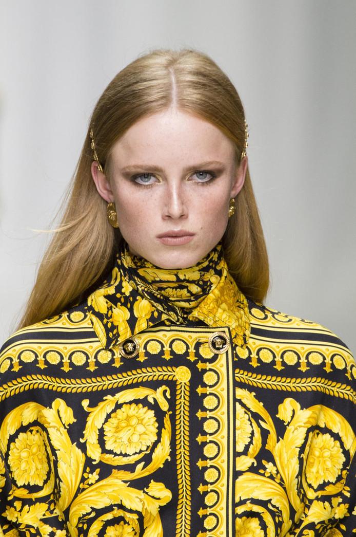 Rianne van Rompaey op de Versace SS18 show tijdens de fashion week in Milaan.