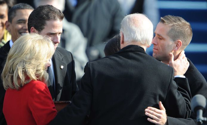 Joe Biden bij zijn inauguratie als vicepresident in 2009. Hij krijgt felicitaties van zijn vrouw en zijn twee zonen, Beau (rechts) en Hunter (links).