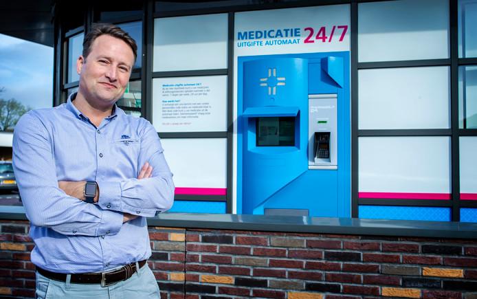 Woody van der Kaaden bij zijn medicijnautomaat.
