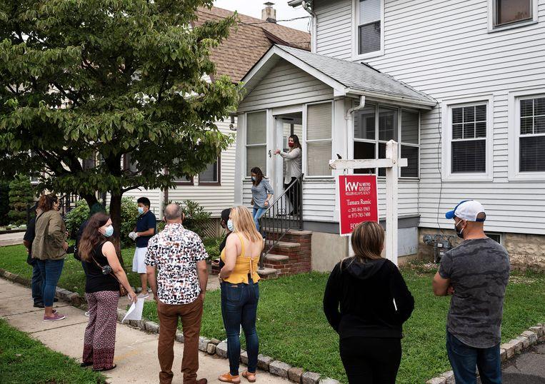 Bezichtiging in New Jersey voor een gewild type woning. Beeld The New York Times Syndication