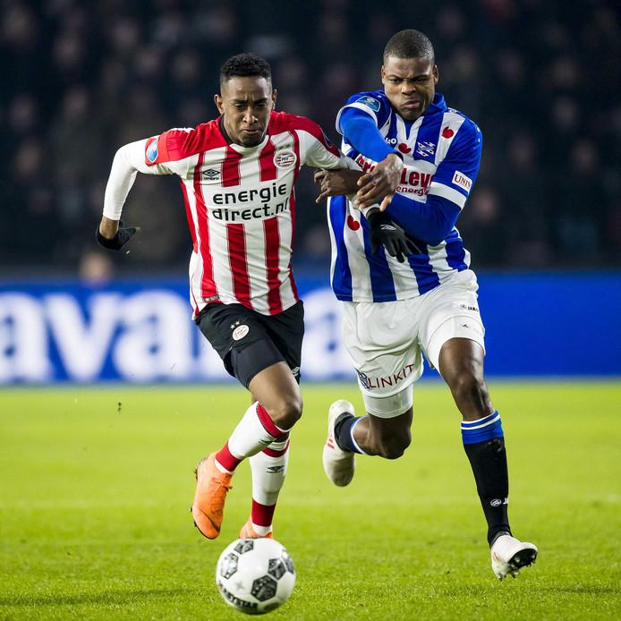Denzel Dumfries namens sc Heerenveen in duel met PSV'er Joshua Brenet.