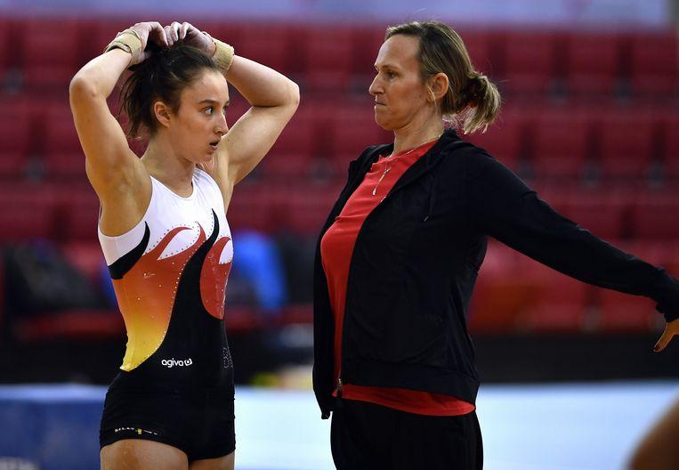 Nina Derwael met coach Marjorie Heuls.
