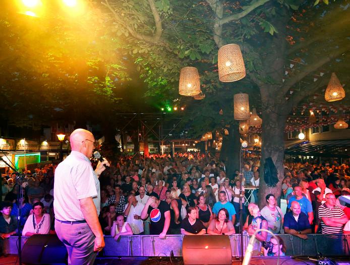 Zomer 2018: het publiek op de volle Varkenmarkt kijkt toe hoe wethouder Dick van Zanten het feest opent.