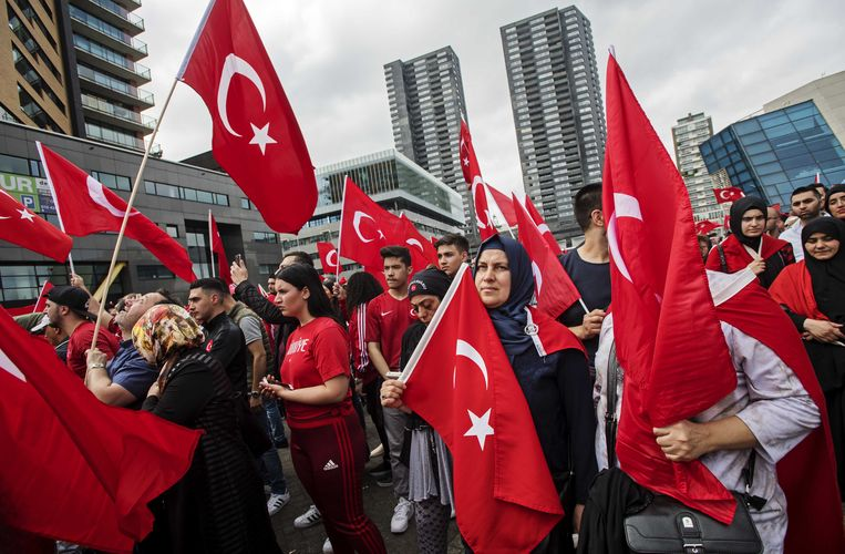 Turkse Nederlanders bij de Erasmusbrug. Beeld anp