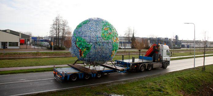 Eerder transport wereldbol bij aankomst in Terneuzen in 2014.