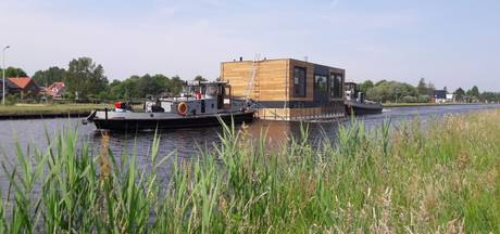Drijvende watervilla uit Hardenberg via Twente op weg naar Amsterdam