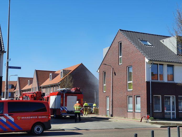 De rook slaat uit de achterkant van het woongebouw aan de Waterstraat in Nijmegen.