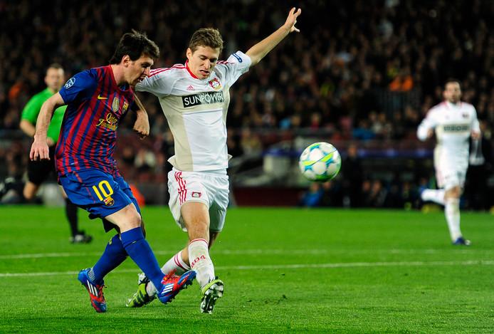 Daniel Schwaab kan niet voorkomen dat Lionel Messi zijn derde doelpunt maakt.