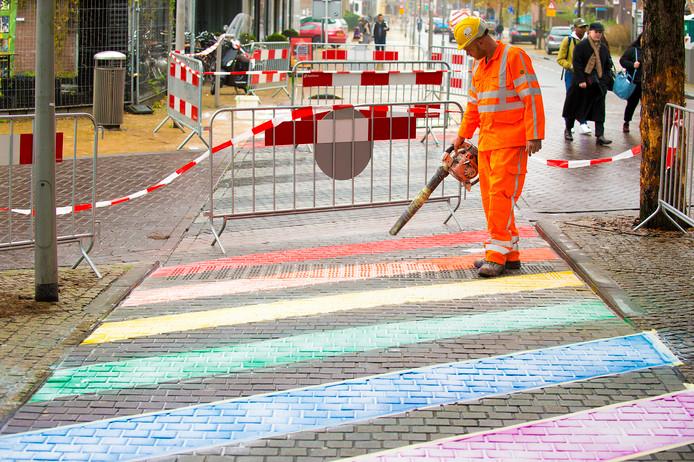 Apeldoorn liet eerder op het Stationsplein een regenboog-zebrapad aanleggen.