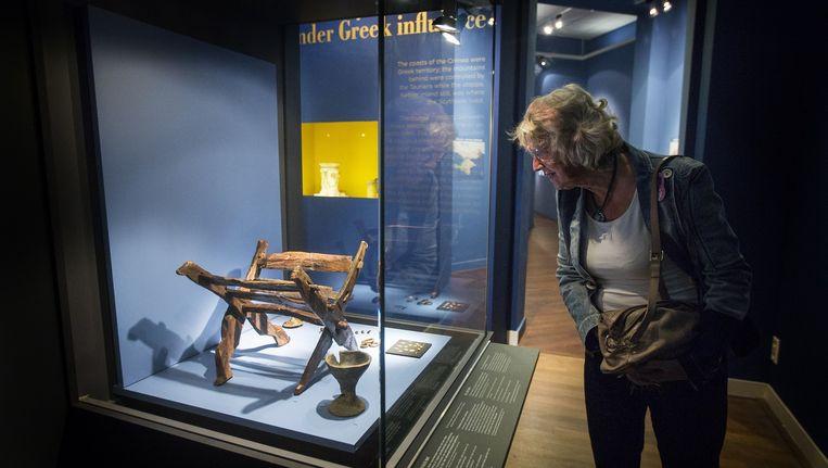 De Krim-collectie bestaande uit onder meer een gouden zwaardschede, een pronkhelm en talloze juwelen in het Allard Pierson Museum. Beeld anp