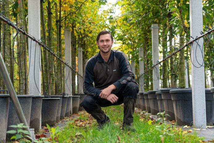 Niels Mauritz, voetballer bij EMM Randwijk, in zijn boomkwekerij.