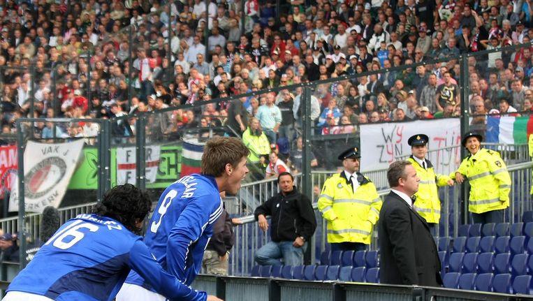 Klaas-Jan Huntelaar viert een doelpunt tijdens Feyenoord-Ajax in 2008, het laatste seizoen dat de wedstrijd mét uitsupporters gespeeld werd. Beeld Pro Shots/Stanley Gontha