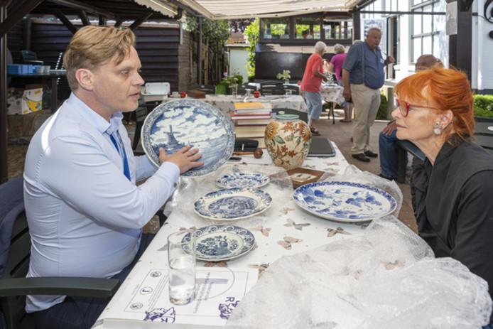 Veilingmeester Roel Goedhart taxeert het porselein van Joke van der Wekke uit Dreischor.