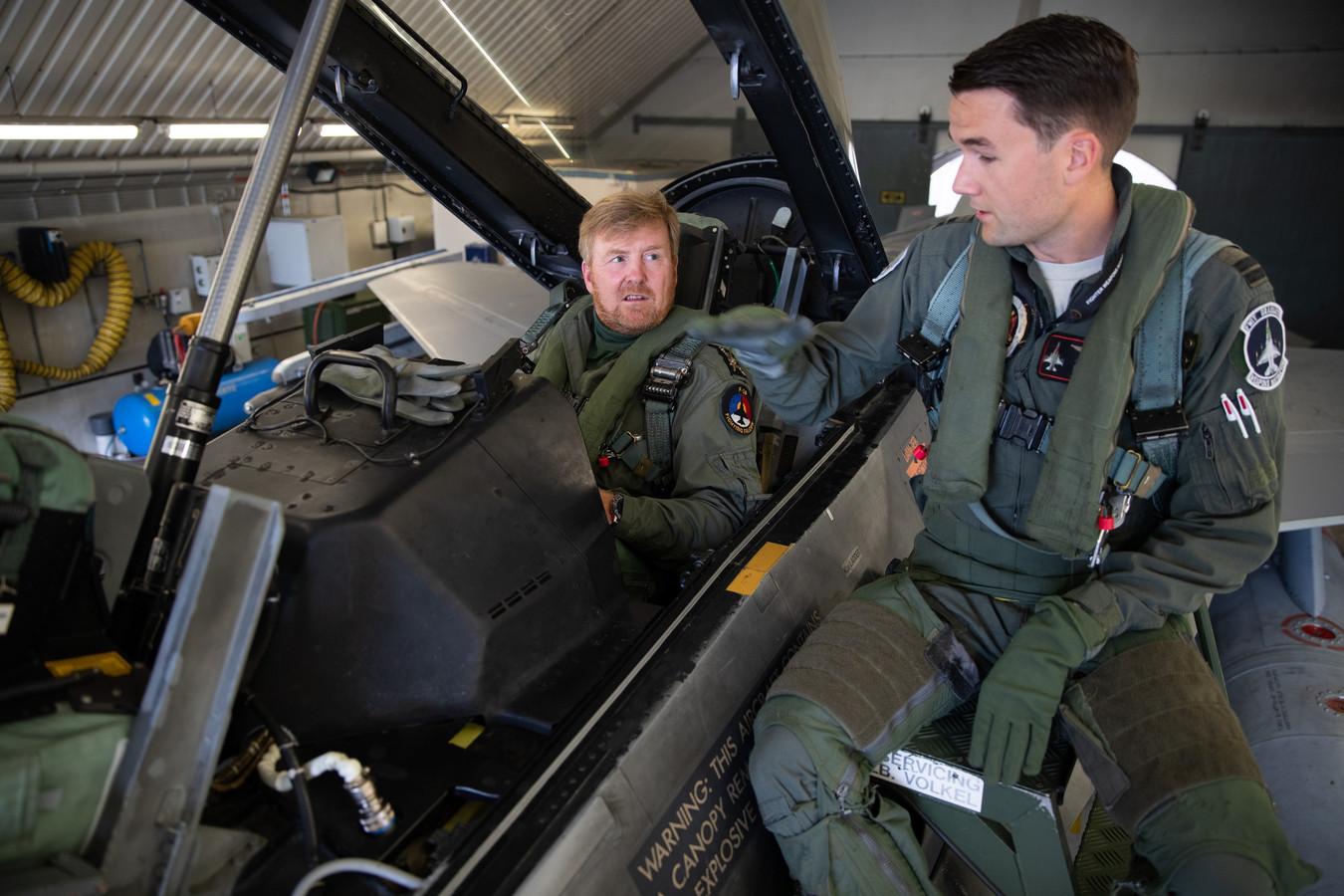 Kapitein Luuk geeft uitleg over de systemen aan boord van de F-16.